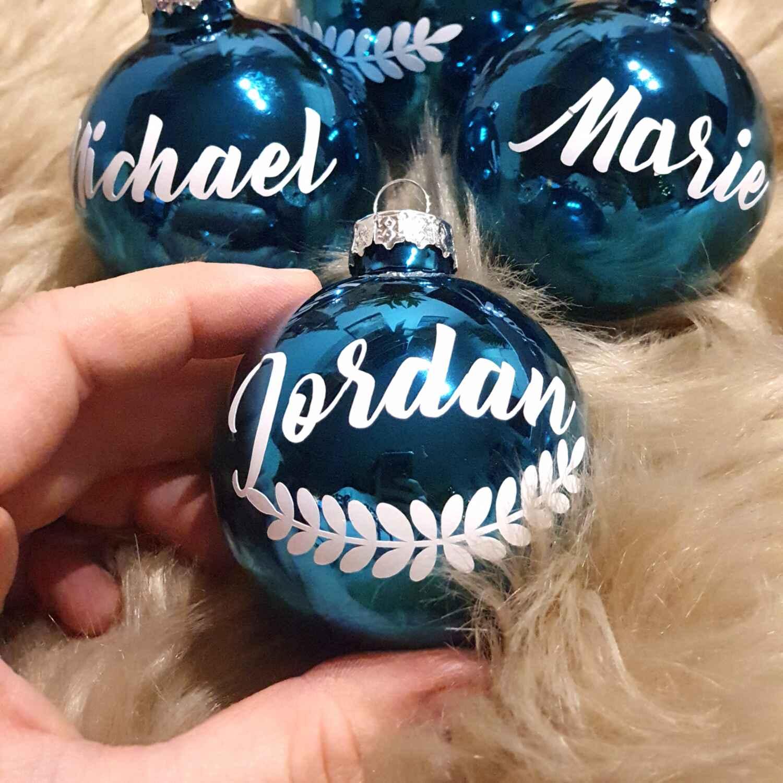 Christbaumkugel mit Namen und Ranke personalisiert Weihnachten