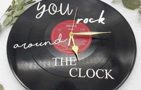 Schallplatten Uhr individualisiert als Wanddeko Schallplatten Uhr individualisiert als Wanddeko you rock around the clock Frontal